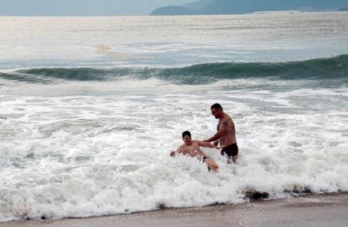 Bão Damrey đang vào bờ, người dân vẫn vô tư tắm biển bất chấp lệnh cấm - Ảnh 2