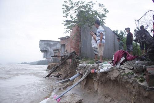 """4 ngôi nhà ở Quảng Ngãi bị nước lũ """"nuốt chửng"""" lúc rạng sáng - Ảnh 1"""
