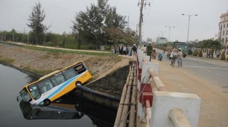 Xe buýt Đà Nẵng lao đầu xuống mương, 2 người nhập viện - Ảnh 1