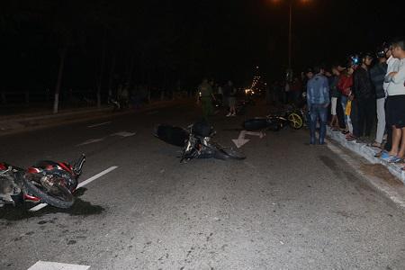 8 xe máy va chạm liên hoàn, 5 người trọng thương - Ảnh 1