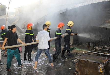Bình gas phát nổ, 9 ki-ốt ở chợ Vị Thắng bị thiêu rụi - Ảnh 1