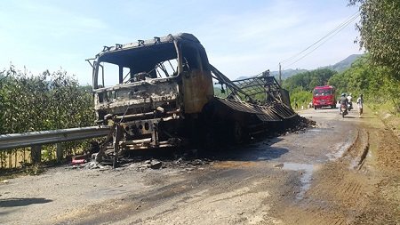 Xe tải chở sắn bốc cháy như đuốc khi đang chạy trên đèo Violắc - Ảnh 1