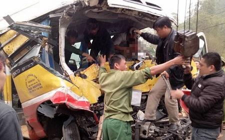 Xe buýt tông xe tải, 9 người thương vong - Ảnh 2