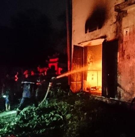 Trạm biến áp bốc cháy dữ dội, hàng trăm hộ dân Nghệ An mất điện  - Ảnh 1