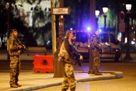 IS nhận trách nhiệm vụ xả súng tại Paris khiến một cảnh sát thiệt mạng - Ảnh 1