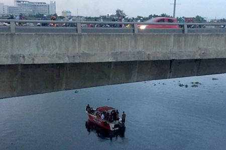 Bất lực nhìn người đàn ông nhảy xuống sông Sài Gòn mất tích - Ảnh 1