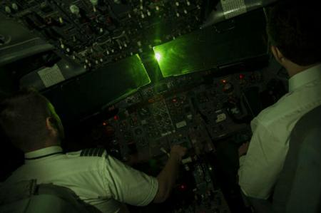 Máy bay nước ngoài bị chiếu laser khi hạ cánh ở Nội Bài - Ảnh 1