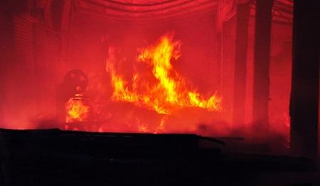 Xưởng gỗ cháy ngùn ngụt trong đêm, cả khu phố náo loạn - Ảnh 1
