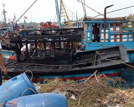 3 tàu cá liên tiếp bốc cháy, thiệt hại hàng trăm triệu đồng - Ảnh 1