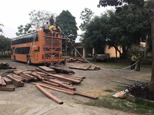 Xe khách biển số Lào vận chuyển nửa tấn pháo nổ, 3m3 gỗ lậu - Ảnh 2