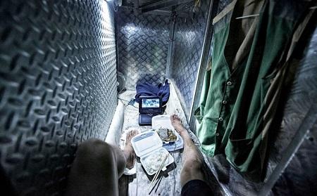 """24h qua ảnh: Cuộc sống tù túng trong nhà """"quan tài"""" ở Hồng Kông - Ảnh 1"""