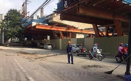 Ống tuýp sắt rơi từ công trình đường sắt trên cao: Nhà thầu bị cảnh cáo - Ảnh 1