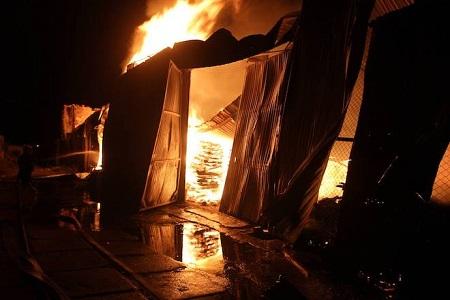 Xưởng gỗ nghìn m2 cháy ngùn ngụt trong đêm, thiệt hại gần 7 tỷ đồng - Ảnh 1