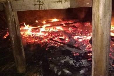 Đổ nhầm xăng thắp đèn dầu: Hai mẹ con như đuốc sống, nhà cháy rụi - Ảnh 1