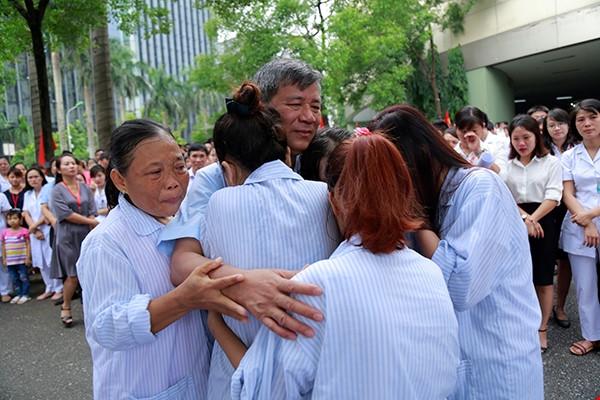 Anh hùng lao động Nguyễn Anh Trí và những cái ôm ngập trong nước mắt - Ảnh 9
