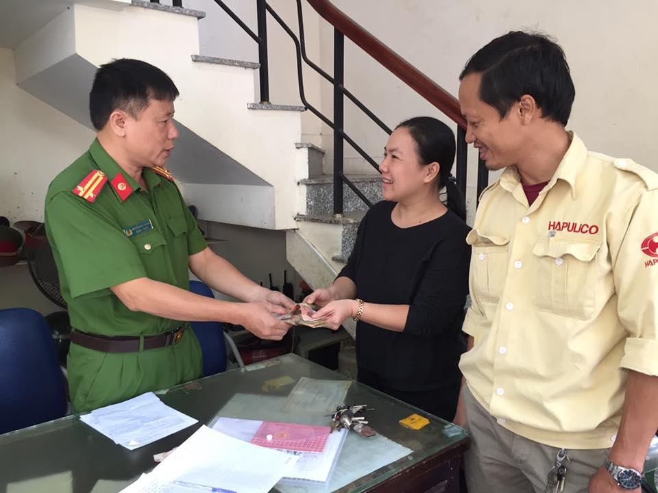 Công an Hà Nội trao trả tài sản cho du khách từ Buôn Ma Thuột đánh rơi ở Thủ đô - Ảnh 2