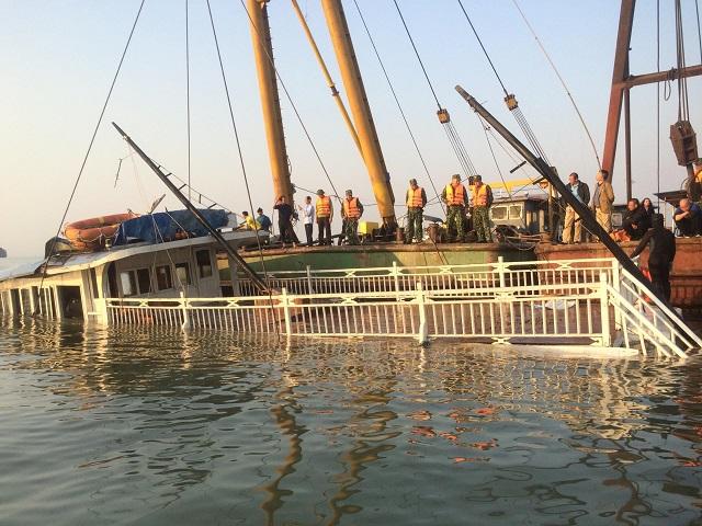 Chìm tàu du lịch trên vịnh Hạ Long, 36 người may mắn thoát nạn - Ảnh 1