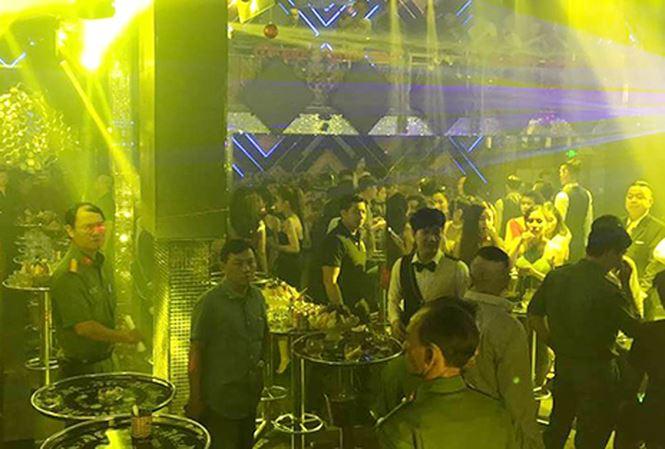 Cảnh sát bao vây 2 quán bar Sài Gòn, hàng trăm người chạy nháo nhào - Ảnh 1