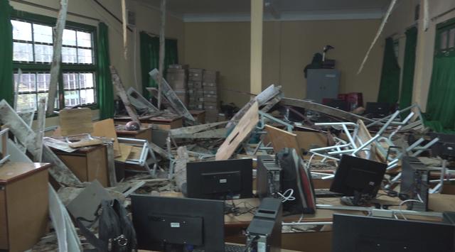 Sập sàn phòng học,10 học sinh rơi từ tầng 1 xuống tầng trệt - Ảnh 1