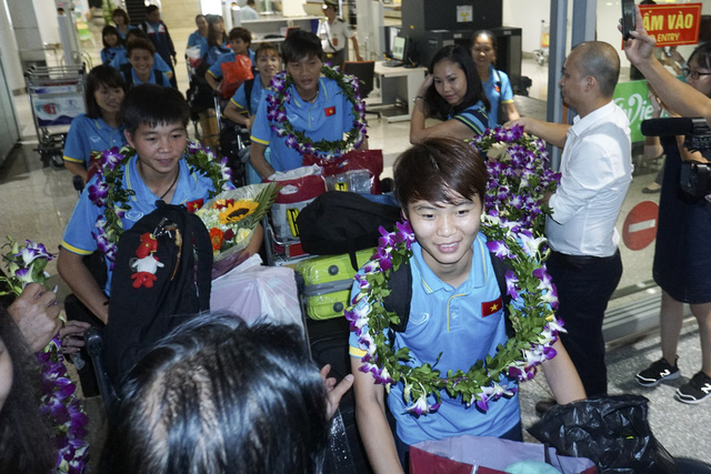 Hàng trăm người chào đón đội tuyển bóng đá nữ Việt Nam về nước - Ảnh 1