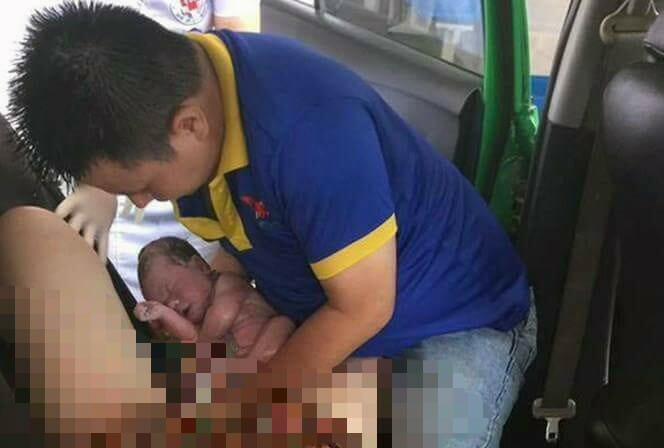 Sản phụ vỡ ối bất ngờ trên xe taxi, chồng vội vã hứng lấy con - Ảnh 1