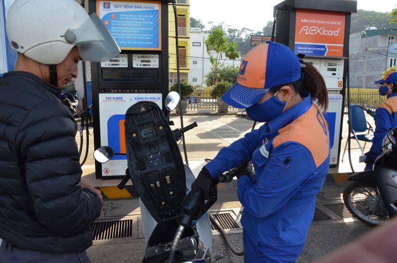 Thủ tướng yêu cầu báo cáo tình hình biến động giá xăng dầu - Ảnh 1