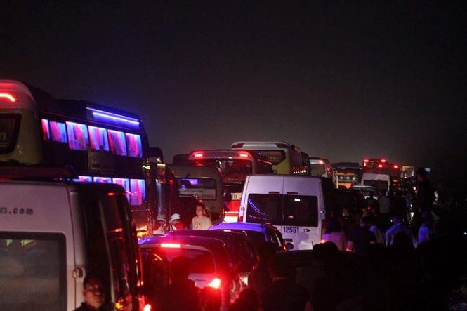 Xe tải lật trên cao tốc Nội Bài - Lào Cai gây tắc đường gần 20km - Ảnh 1