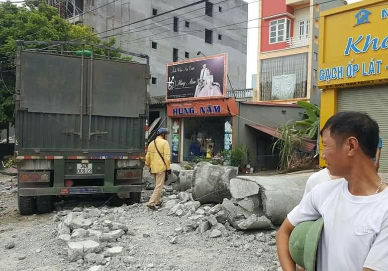 Tin tai nạn giao thông mới nhất ngày 11/11/2018: Xe đầu kéo đâm nhà dân, cán bộ quân đội tử vong - Ảnh 3