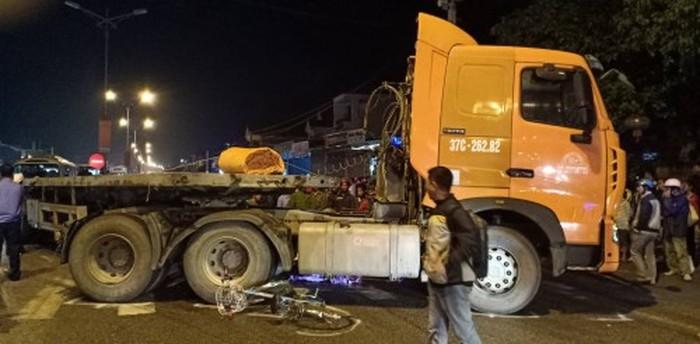 Tin tai nạn giao thông mới nhất ngày 11/11/2018: Xe đầu kéo đâm nhà dân, cán bộ quân đội tử vong - Ảnh 2