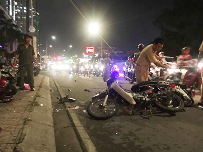 Xe 7 chỗ tông hàng loạt xe máy, cuốn nạn nhân vào gầm, tài xế bỏ trốn khỏi hiện trường - Ảnh 1