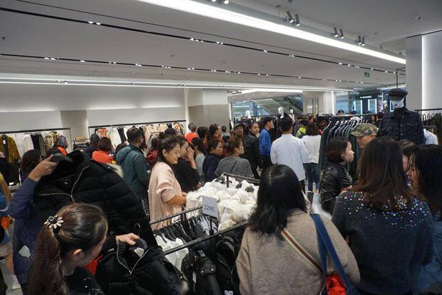 """Black Friday """"vỡ trận"""", khách hàng luồn lách qua khe cửa, trung tâm thương mại đóng vội - Ảnh 2"""