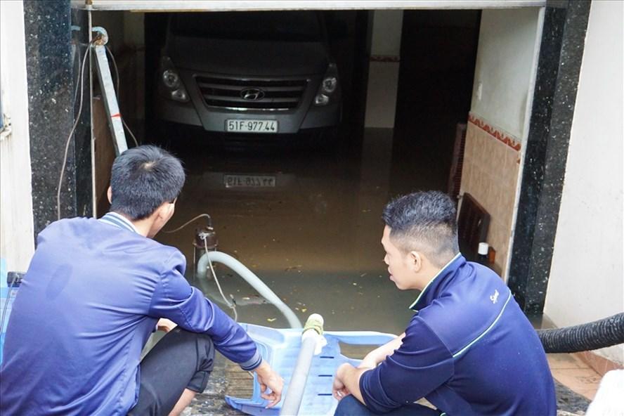 """Hàng loạt hầm để xe ở Sài Gòn biến thành """"ao"""" chứa nước bất đắc dĩ - Ảnh 1"""