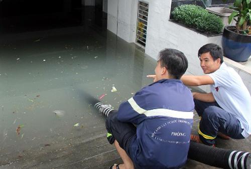 """Hàng loạt hầm để xe ở Sài Gòn biến thành """"ao"""" chứa nước bất đắc dĩ - Ảnh 4"""