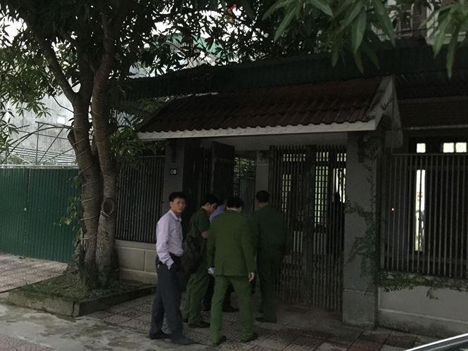 Công an khám nhà 2 cựu  lãnh đạo BIDV chi nhánh Hà Tĩnh - Ảnh 1