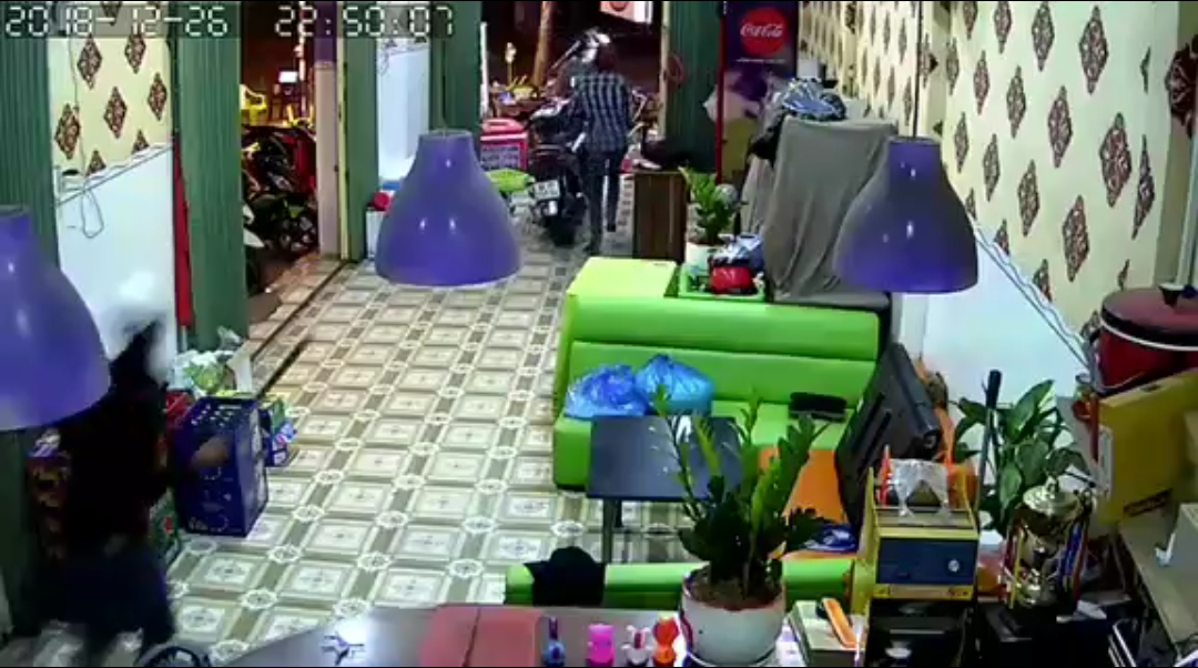 TP.HCM: Điều tra vụ một người bị chém gần đứt cổ khi đang ngồi uống cà phê với bạn - Ảnh 2