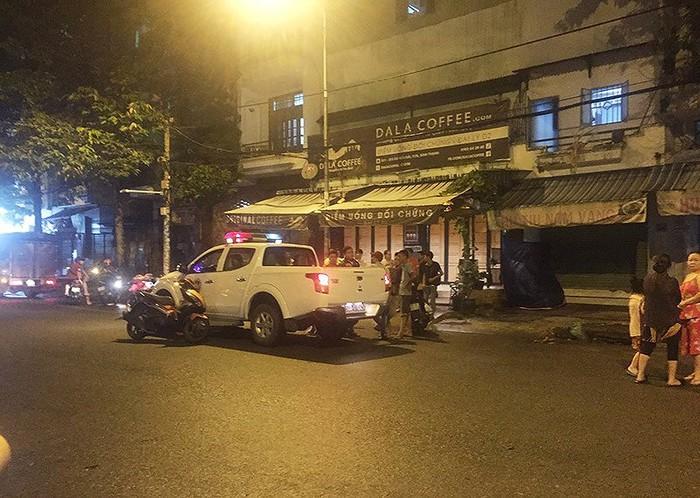 TP.HCM: Điều tra vụ một người bị chém gần đứt cổ khi đang ngồi uống cà phê với bạn - Ảnh 1