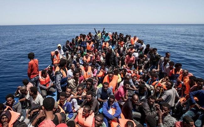 Hải quân Libya giải cứu hơn 400 người di cư đang trôi dạt trên biển - Ảnh 1