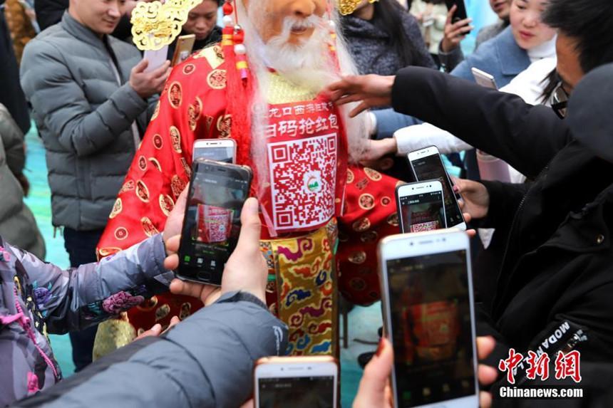 Trung Quốc quét mã QR trên người Thần Tài để nhận lì xì - Ảnh 1