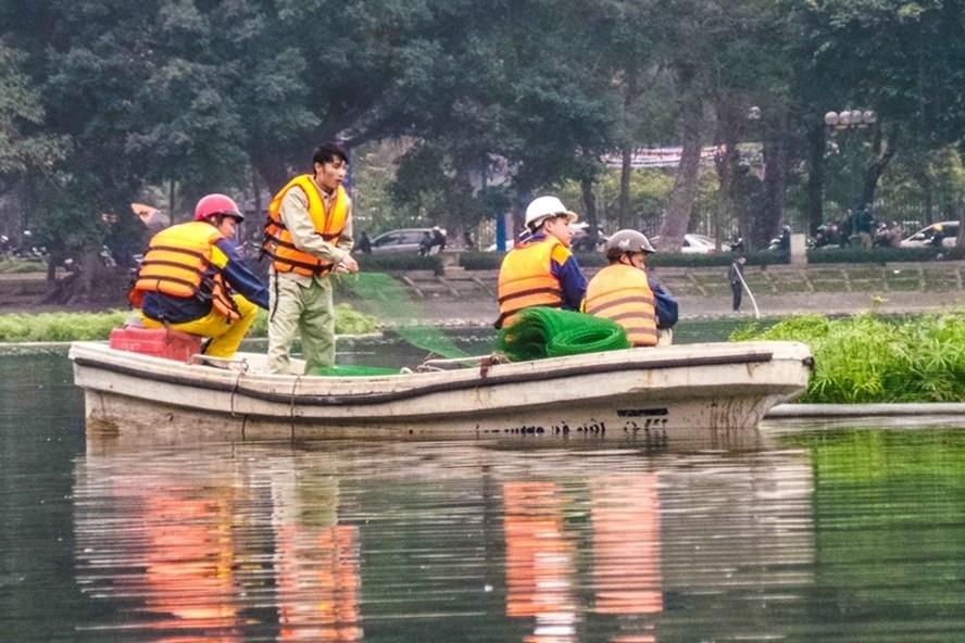 Quây lưới nhốt thiên nga giữa hồ Thiền Quang để tránh trộm? - Ảnh 1