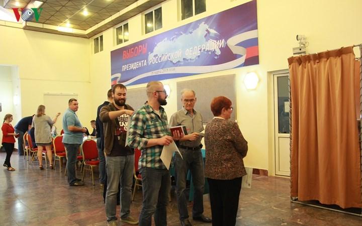 Hàng trăm công dân Nga bầu cử Tổng thống tại Hà Nội - Ảnh 1