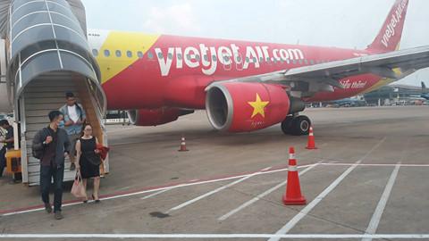 Sương mù dày đặc, nhiều chuyến bay đi Vinh phải hạ cánh ở Nội Bài - Ảnh 1