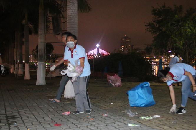 Đà Nẵng: Rác ngập đường sau đêm khai mạc lễ hội pháo hoa - Ảnh 2