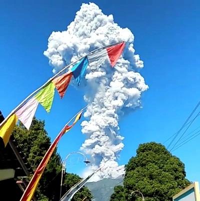 Hãi hùng cảnh núi lửa ở Indonesia phun cột tro cao 5 km - Ảnh 1