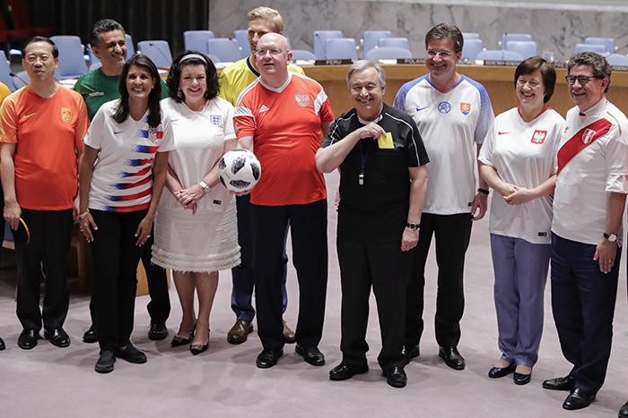 World Cup 2018: Các đại sứ LHQ bất ngờ mặc áo đội tuyển đi họp chương trình nghị sự - Ảnh 1