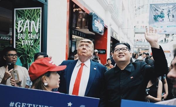 """Bộ đôi Kim - Trump """"hàng nhái"""" thu hút sự chú ý đặc biệt tại Singapore - Ảnh 2"""
