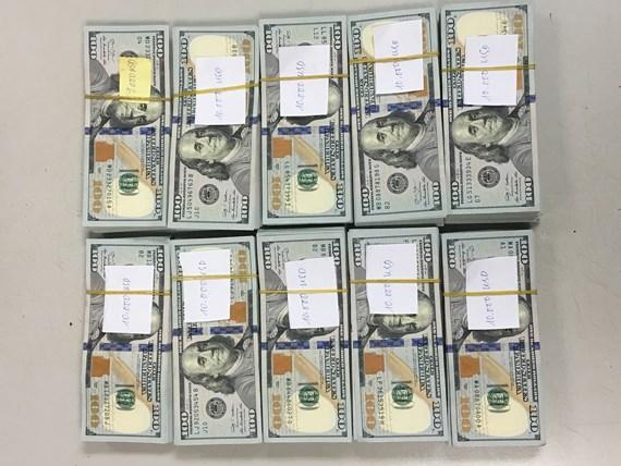 Phát hiện hành khách giấu gần 100.000 USD khi làm thủ tục xuất cảnh - Ảnh 1