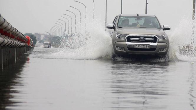 Hà Nội: Đường ngoại thành ngập nửa mét do thủy điện xả lũ - Ảnh 1