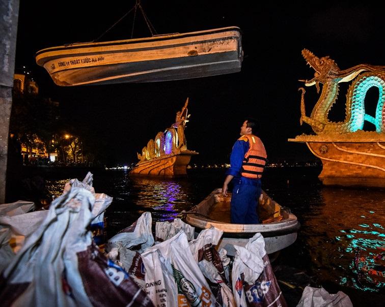 Hà Nội: Hàng trăm công nhân trắng đêm vớt cá chết ở hồ Tây - Ảnh 3