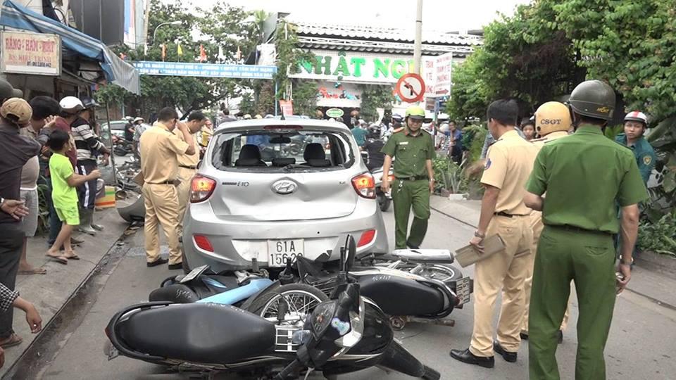 TP.HCM: Ô tô chạy lùi tông loạn xạ trên phố, 3 người nhập viện - Ảnh 1