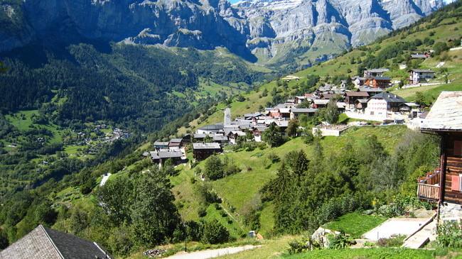 Thụy Sỹ trợ cấp vô điều kiện gần 2.600 USD mỗi tháng cho cư dân của một ngôi làng - Ảnh 1